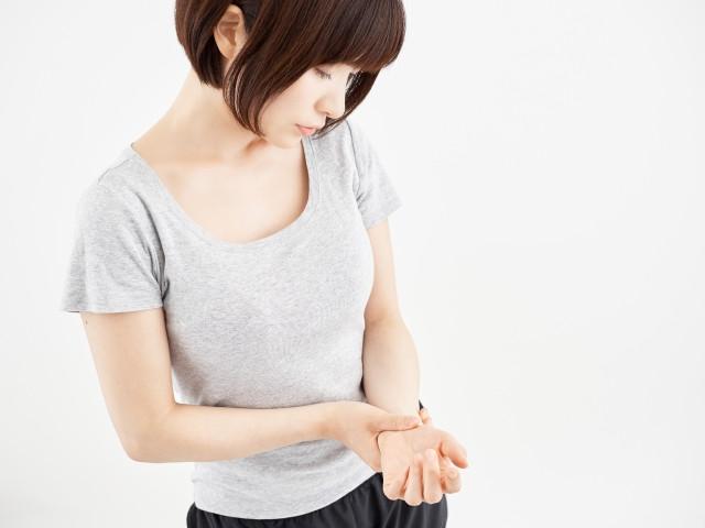 手首を痛めた女性の写真